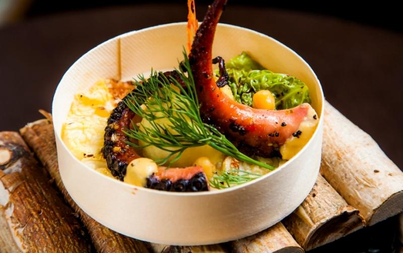 Осьминог на гриле с хумусом, картофельным пюре с трюфелем и савойской капустой