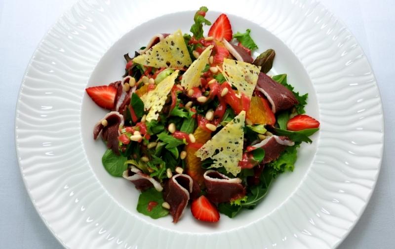 Салат с утиной грудкой и заправкой из малины